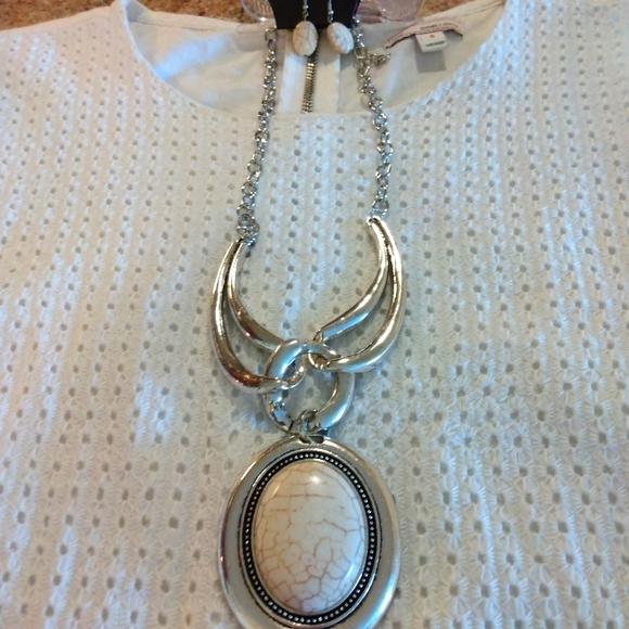 💎3/$15 Gorgeous Pendant/earrings set